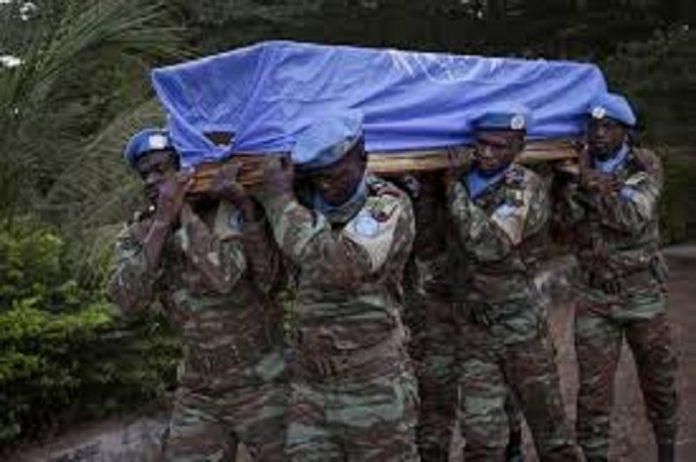Mali : 5 militaires tués dans une embuscade, des casques bleus blessés